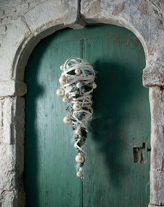 Christmas door decoration!!!OMG! That door itself and the frame is.....SWOON!!