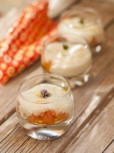 Los entrantes servidos en vasitos nos facilitan el poder tener preparados de antemano unos aperitivos. El tzatziki o crema de yogur y pe...