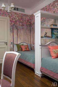 Детская. Владелицы комнаты решительно отказались от двухъярусной кровати, поэтому пришлось поставить кровати вдоль стены и разделить их стеллажом. Мебель, Сilec; подушки, Living Su.