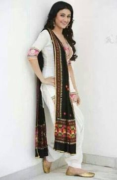 White punjabi suit with black Phulkari dupatta❤️