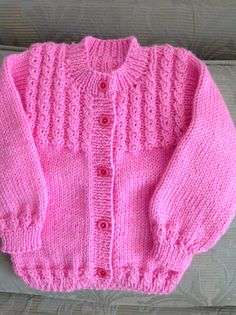 No photo description available. Baby Cardigan Knitting Pattern Free, Kids Knitting Patterns, Baby Sweater Patterns, Knitted Baby Cardigan, Knit Baby Sweaters, Baby Hats Knitting, Baby Knitting Patterns, Knitting Designs, Knitting Dolls Clothes