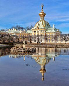 Гербовый корпус большого дворца в Петергофе.    Автор: Alexsandrkonovodov.