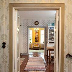 24 - Tässä kuvasarjan viimeinen otos, eli näkymä eteisestä keittiön läpi olohuoneeseen. Koska uuden tilajaon takia rakennukseen jouduttiin tekemään uusia aukotuksia, tehtiin nämä vanhaan tyyliin niin että asunnon ns. julkisen puolen läpi näkee yhdellä silmäyksellä. Krediitit erinomaisesta ideasta arkkitehti Marcus Ahlmanille. Tässä Suomen kasarmilta peräisin olevat kahdet pariovet toimivat kirsikkana kakun päällä. Muiden huoneiden restauroinnista juttua myöhemmin samalla bat-kanavalla…