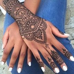 Este Tatuaje De Una Preciosa Flor De Mandala En La Mano W