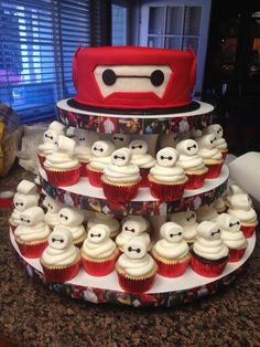 Baymax cupcakes by me and 8 round baymax cake by 'dream it cupcakes' big hero 6 party 6th Birthday Parties, Birthday Fun, Cake Birthday, Birthday Ideas, Big Hero 6 Party Ideas, Ideas Party, Big Hero 6 Baymax, Disney Birthday, Disney Cakes