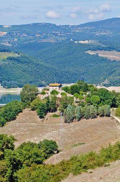 Il Castello Sul Lago, magnifico castello medievale in Umbria carico di Storia http://www.umbriadomus.it/abitazione-di-lusso/