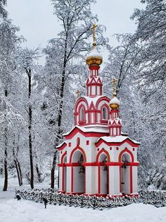 Now this is my idea of a Christmas House. Russian Architecture, Church Architecture, Beautiful Architecture, Beautiful Buildings, Beautiful Places, Religious Architecture, Unusual Buildings, Cathedral Church, Photos Voyages