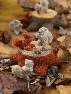 Sachiyo Ishii has designed 28 delightful mini knitted creatures along with a woodland mat, mushrooms, trees, treestumps and a gnome with a toadstool house to complete this charming, fun knitted woodland scene. Crochet Mat, Easy Crochet, Animal Knitting Patterns, Knitted Animals, Crochet Instructions, Sewing Basics, Handmade Toys, Yarn Crafts, Knitting Yarn