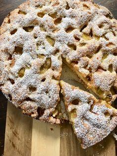 Schwedischer Rhabarberkuchen – ein schnelles Rezept mit Rührteig und Vanille Recipe for a Swedish rhubarb cake – juicy batter, refined with vanilla and cardamom. Recipe from a summer cafe in Sweden. Delicious not only for fika. A quick spring recipe bake Vanilla Desserts, Vanilla Recipes, Vanilla Cake, Quick Recipes, Pie Recipes, Crockpot Recipes, Dessert Recipes, Rhubarb Cake, Gateaux Cake