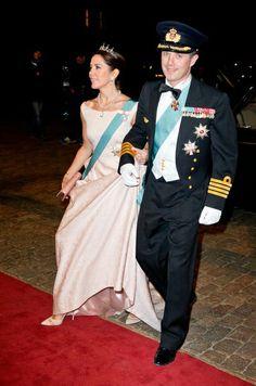 Au Danemark, la famille royale reçoit en tenue de gala