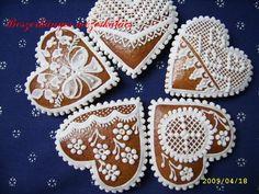Mézeskalács szívek | Boszorkányos mézeskalács Cake Flowers, Wedding Cookies, Decorated Cookies, Cakes And More, Cake Cookies, Cookie Decorating, Gingerbread, Anna, Desserts