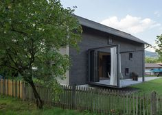 Holzhaus am Auerbach house has projecting terraces