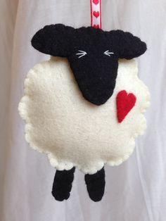 Een prachtige schapen decoratie te geven aan een dierbare overledene, voor Valentijnsdag. Het zou ook heel goed als een verjaardagsgift (de 7e verjaardag is wol) of hoe zit een huwelijksgeschenk. Gemaakt van zuivere wol vilt en gevuld met wol vulling dit schattige schapen is zeker te