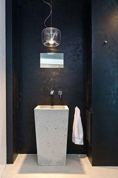 Waschbecken Pendelleuchte Tuch Spiegel Wand schwarze Farbe