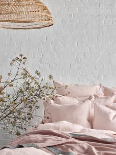 How do you pick the best sheets for you? We reveal the expert facts you should know before purchasing another set of sheets. Best Bedding Sets, Luxury Bedding Sets, Comforter Sets, King Comforter, Linen Bed Sheets, Bed Linens, Where To Buy Bedding, How To Dress A Bed, Rustic Bedding
