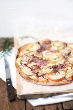 Flammkuchen mit Apfel, Ziegenkäse und roten Zwiebeln von http://dreierlei-liebelei.blogspot.de/
