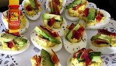 Surinaams eten – Avocado Gevulde Eieren (avocado gevulde eieren gegarneerd met bacon)  Devilled eggs with Avocado and Bacon. Site also available in English!