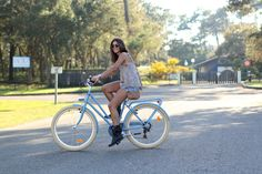 trendy_taste-look-outfit-street_style-ootd-blog-blogger-moda_españa-fashion_spain-retro_bike-bicis_retro-studed_boots-botas_tachuelas-mas34-print-estampado-denim_shorts-boyfriend-shorts_vaqueros-hossegor-carpas-2