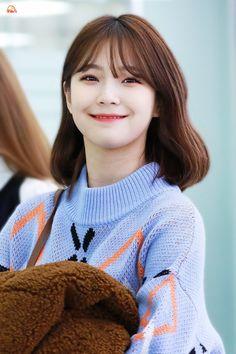 jiheon pics ♡ (@jiheonpix) | Twitter Auryn, Chica Cool, My Pocket, Cute Korean, Beautiful Asian Women, Pop Group, Asian Woman, Ulzzang, My Girl