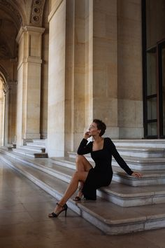 Museum Photography, Fashion Photography Poses, Girl Photo Poses, Girl Photos, Stair Posts, Posing Tips, Simple Photo, Instagram Pose, Street Photo