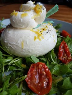 Slaatje...verse burrata - rucola - zongedroogde tomaatjes- kerstomaatjes - olijfolie - balsamico - citroenzeste
