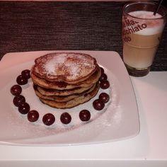 Hallöchen meine Lieben.   das war heute mein Frühstück.  Dinkel-haferflocken-bananen-Pfannkuchen  die Zutaten erklären sich ja schon von selbst zusätzlich sind aber noch #Milch #agavendicksaft #eigelb und geschlagenes #eiweiß . Dazu ein paar #Weintrauben und #kirschmarmelade . Jetzt koche ich das Essen für meinen Schatz damit er heute abend was zum Mampfen hat. Da bei mir heute Mädelsabend auf dem Programm steht und wir gehen natürlich wie immer lecker Essen und Cocktails trinken gehen…