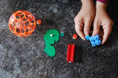 Paleta  Využijte kolečka jako paletu a hledejte předměty v pokoji se stejnou barvou, jakou mají kolečka. Můžete ho nosit k předmětům nebo předměty ke kolečkům – dle vaší odvahy s dětmi uklízet věci na původní místo.