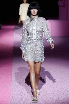 Ob Mailand, Paris oder New York: Die hübsche Blondine macht Laufstege auf der ganzen Welt unsicher und zählt inzwischen zu den meist gebuchten Models. Hier lief Gigi Hadid auf der New York Fashion Week Spring 2015 für Marc Jacobs samt vorübergehender Typveränderung dank schwarzem Bob mit