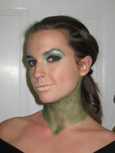 Medusa Makeup Idea: accentuate the neck! get scale looking print/material and dust green eyeshawdow over it Halloween 2014, Creative Halloween Costumes, Halloween Town, Holidays Halloween, Diy Costumes, Halloween Crafts, Halloween Makeup, Happy Halloween, Halloween Decorations