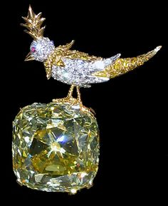 """Jean Schlumberger - The brooch """"Bird on a Rock"""" with the famous Tiffany Yellow Diamond. The brooch """"Bird on a Rock"""" with the famous Tiffany Yellow Diamond. Gems Jewelry, Jewelry Accessories, Fine Jewelry, Jewellery, Silver Jewelry, Antique Jewelry, Vintage Jewelry, Tiffany Jewelry, Colored Diamonds"""