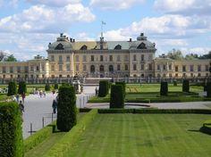 Il Castello di Drottningholm è la residenza della famiglia reale svedese, e nel 1991 è stato iscritto assieme al parco nell'elenco del Patrimonio dell'umanità stilato dall'UNESCO.  La sua costruzione è iniziata nel 1662 sotto la direzione dell'architetto Nicodemus Tessin il Vecchio e l'edificio fu completato da suo figlio Nicodemus Tessin il Giovane. È chiaramente ispirato al Castello di Versailles.  Nel giardino, creato nel 1777, si trovano il Padiglione Cinese e il Teatro Drottningholm