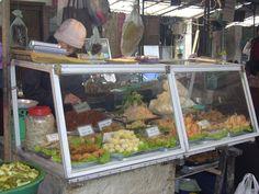 ベトナム、ハノイ(2005年)  旧市街の庶民歩市場にて。 揚げ物専門のお惣菜屋さん。