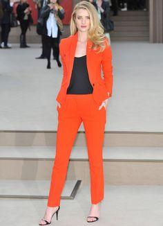 Rosie Huntington, perfecta con su traje de pantalón y chaqueta, y top negro a juego con las sandalias.