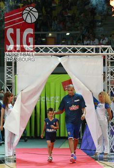 Nicolas Batum prend soin de son accompagnateur Strasbourg, Tournoi, 2013, Sports, Fun, Personal Attendant, Croatia, Hs Sports, Sport