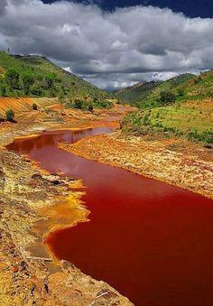 il fiume Rio Tinto, nel sud-est della Spagna, ha acque rosse la loro acidità e per la forte presenza di ferro nel terreno circostante