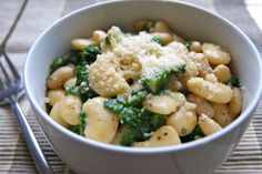 Garlicky White Beans with Kale & Parmesan Amazing comfort food. A great side dish for white fish, poultry, or even on its own as a comforting winter warmer. The Medicinal Chef Vegetarian Recipes Easy, Healthy Recipes, Healthy Lunches, Clean Recipes, Healthy Foods, Dale Pinnock, Parmesan Recipes, White Beans, Savoury Dishes