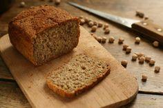 Chleb razowy z ciecierzycą  składniki na foremkę o rozmiarach 23,5x13,3x7 cm lub dwie o rozmiarach 20x10x6 cm: 3/4 szklanki ciecierzycy (ok. 150g suchej lub 370 g ugotowanej)  4 szklanki mąki pszennej razowej (ok. 500g) 25g świeżych drożdży 1 łyżeczka cukru 3/4 łyżki soli  2 szklanki  wody oliwa do posmarowania foremek