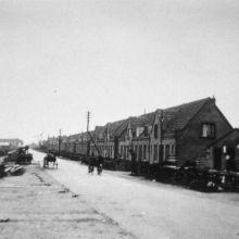 De 2e Barendrechtseweg in 1926. Rechts de winkel van G.B. Onnink. Op die plek staat nog steeds een winkel van Onnink. Aan de palen langs de weg hangt de telefoonleiding. (foto: collectie Historische Vereniging Barendrecht)
