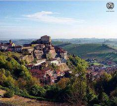 FOTO DEL GIORNO DI @davideski64  La splendida posizione che gode Castellinaldo d'Alba Nel XIII secolo il paese presentava alcune caseforti di proprietà dei de Montefortino de Vicia Baresani Visdomini. Nel XIV secolo vi fu l'avvicendamento di queste famiglie con i Solaro e Pallidi. Nel 1351 una parte del feudo passò alla famiglia Malabayla di Asti che fece erigere un castello (demolito alla fine dell'800) a levante dell'attuale castello. Tra il 1427 ed il 1429 i Damiano acquistarono la…