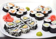 Un piatto misto giapponese con Maki, Nigiri, Temaki e Sashimi. Oriental, Tempeh, Sashimi, Ethnic Recipes, Food, Birthday, Meals, Yemek, Eten