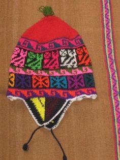 Eine typische farbenfrohe #Chullo aus dem Raum Cusco in den Anden #Perus. Aus #Alpakawolle doppelt gestrickt, sehr warm!