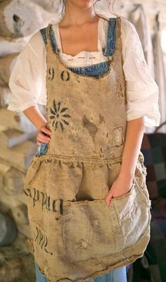 This would make for a good outside, gardening apron - Fall Collection 2014 Ropa Shabby Chic, Mode Hippie, Gardening Apron, Linen Apron, Sewing Aprons, Apron Dress, Dress Shirt, Aprons Vintage, Mode Vintage