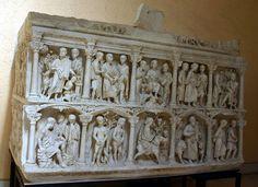 Sarcofago di Giunio Basso. È realizzato in marmo, con scene tipicamente cristiane in rilievo. Risale al 359 d.C ed è conservato nel Museo del Tesoro di San Pietro.