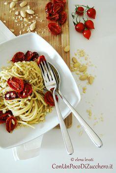 Spaghetti con pesto di capperi, pomodorini confit e mandorle