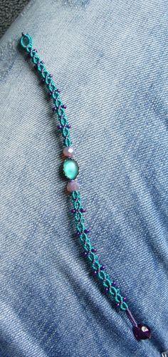 Ein geknüpftes **Armband** mit eingearbeitetem Glascabochon und Rocailles. Material: S-Lon Cord (Nylon) Es wird mit einer Glasschliffperle geschlossen. Länge: ca. 17,5 cm * lagune * violett...