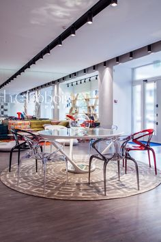Table en verre astrolab et chaises ava bridge collection for Table ora ito