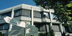 """Universität Augsburg """"Rektoratsgebaeude Uni Augsburg"""" von Fotostelle der Universität Augsburg - Eigenes Werk. Lizenziert unter CC BY-SA 3.0 über Wikimedia Commons."""