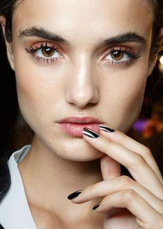 oncethingslookup: Blanca Padilla backstage at Dsquared² Spring 2015 RTW Makeup Trends, Beauty Trends, Beauty Hacks, Makeup Ideas, Mascara Tips, How To Apply Mascara, Twiggy Makeup, Hair Makeup, Twiggy Hair
