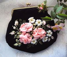 Купить или заказать Бархатная сумочка 'Чайные розы' в интернет-магазине на Ярмарке Мастеров. Элегантная вечерняя сумочка из нежнейшего мягкого насыщенного черного бархата (производства Италия) с фермуаром цвета состаренной бронзы. Сумочка украшена букетом чайных роз. Розочки тонированы акриловыми красками для ткани, благодаря тонировке устойчивы к сминанию. Эта сумочка, несомненно, будет прекрасным и изысканным аксессуаром для торжественных случаев. Сумочка объемная, вместительная, мягк…