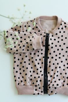 P I L K K E I T Ä: PILKULLINEN BOMBER-TAKKI TAAPEROLLE Little Girl Fashion, Polka Dot Top, Little Girls, Sewing Projects, Girl Style, Fabric, Inspiration, Patterns, Tops